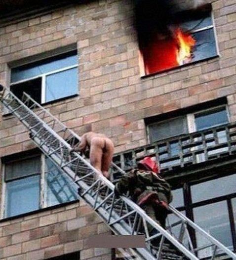 Si votre maison est en train de prendre feu, le mieux que vous puissiez faire, est de sortir le plus vite possible de chez vous ! Même si vous étiez en train de prendre un bain et donc tout nu…
