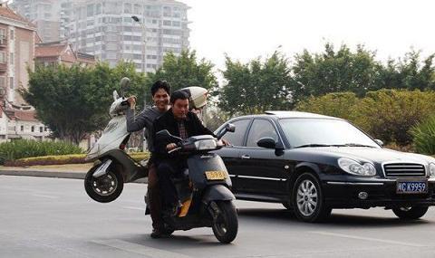 On prend ton scooter ou le mien ? Quand la phrase prend tout son sens…  C'est sur, on est en pleine crise économique et ça permet de préserver l'environnement mais bon ferraient-ils la même chose si c'était une Harley Davidson