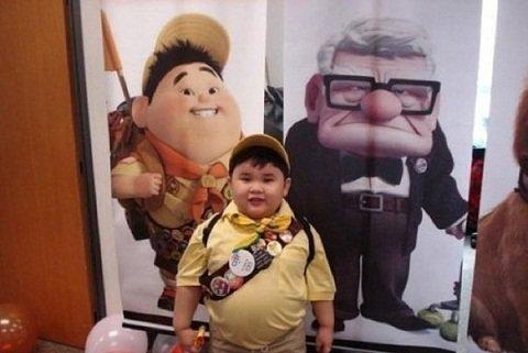 """Certains enfants ont la chance de ressembler à leurs """"idoles"""". Celui de la photo ci-dessous ressemble vraiment beaucoup au personnage du film """"Là haut"""