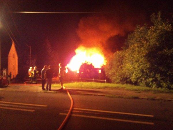 voici  ceux  qui et arriver a mes  voisins plus  haut de chez moi cette   nuit  après  avoir  oublier  d éteindre la friteuse  leur  maison a completement  bruler