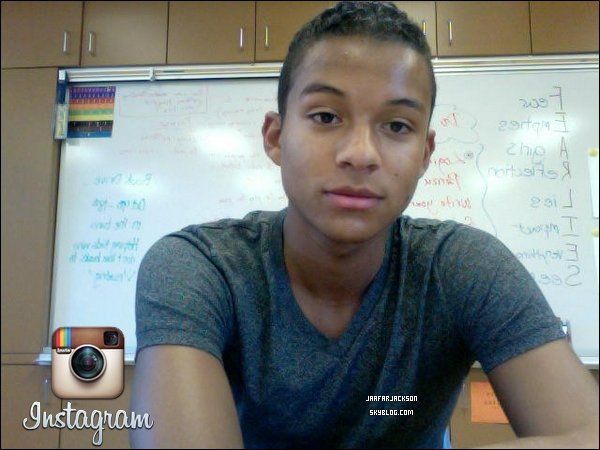 """. Jaafar Jackson à récemment posté une photo via instagram.+ il a tweeté avec la photo """"A l'école! Presque fini"""". Trad : webmiss."""