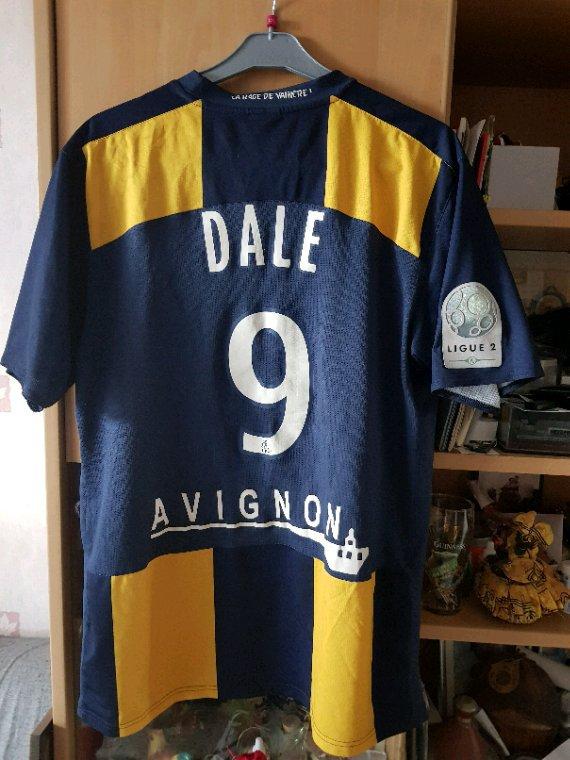 Maillot Arles Avignon porté par Dale en L2