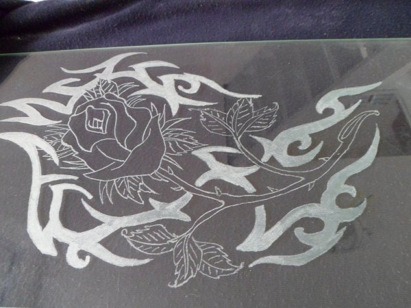 gravure et peinture sur vitrine