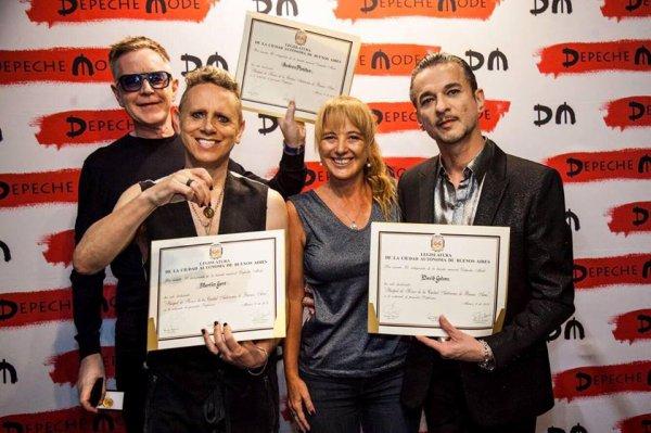 Au Bresil, Depeche Mode a été reconnu comme invités d'honneur de la ville de Sao Paulo. Ils ont posé avec leur diplôme !