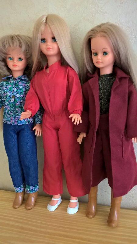 la suite de la grande vente emmaus.2 Cathie,1 Betsie? Chloe, tenues, 2barbies.