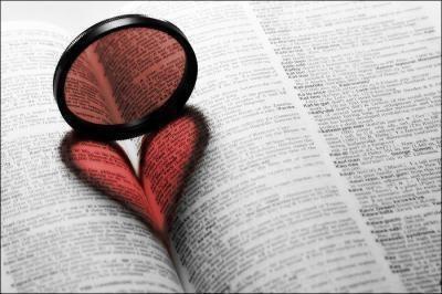 L'homme commence par aimer l'amour et finit par aimer une femme. La femme commence par aimer un homme et finit par aimer l'amour.