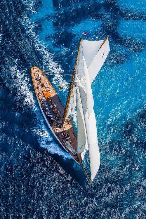 trés  beau bateau en mer