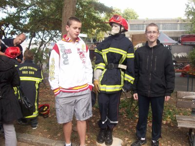 dylan et stephane avec leur nouveau pote pompier