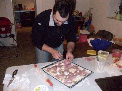 yann entraint de prépéré ses fameuses pizza