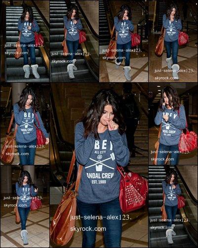 Selena a été vu à l'aéroport de Los Angeles.