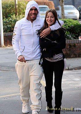 New/Candis    Carlos Tevez et Brenda on été vue allant déjeuner dans le restaurant Wilmslow, Cheshire. On remarque aussi le changement de couleur(de cheveux)de Brenda. Vous aimez?