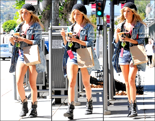 28.06.12 - Ashley, un café glacé StarBuck à la main, dans West Hollywood.