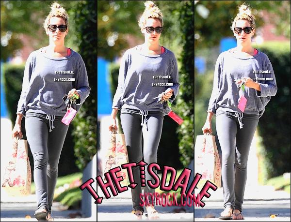 29.07.12 - Notre Tisdale, rentrant chez elle après être allée à l'épicerie TraderJoe's.
