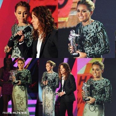 Miley sur le tapis rouge au MTV Video Music Awards + Miley au MTV Video Music Awards - Scène à LA - le 28 août 2011