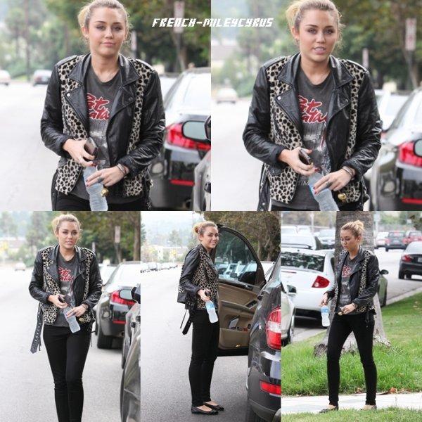 Miley Se rendant chez un(e) ami(e) à Pasadena, CA - le 16 septembre 2011