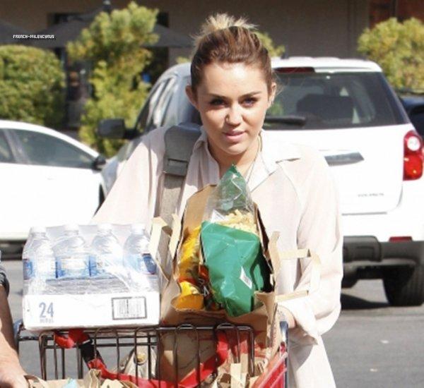 Miley Faisant des courses chez Trader Joe's à Studio City, CA - le 21 octobre 2011