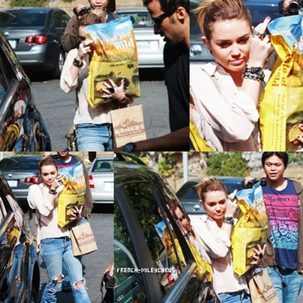 Miley Quittant une animalerie à Los Angeles, CA - le 21 octobre 2011