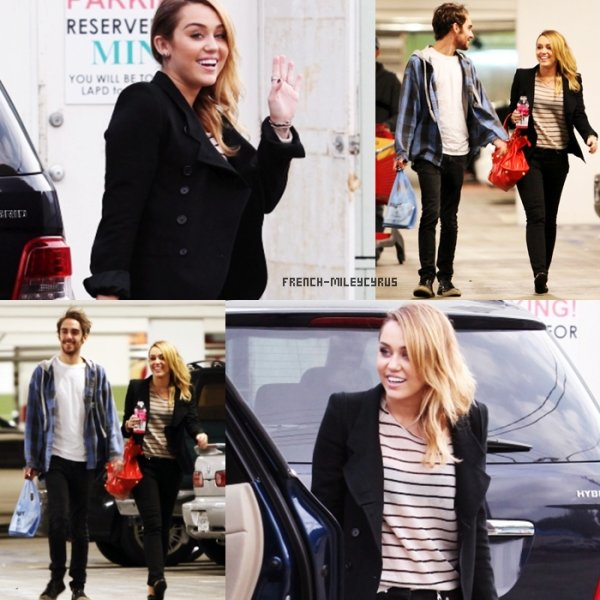 Miley Faisant du shopping chez Best Buy à Hollywood, CA - le 4 novembre 2011