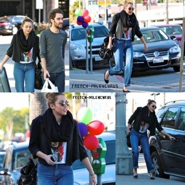Miley et son ami Faisant du shopping chez Petco à Studio City, CA - le 9 décembre 2011