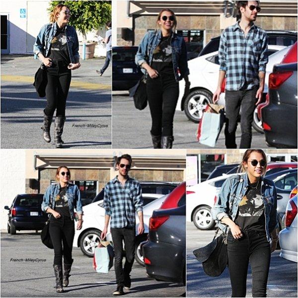 Miley et son ami Dans les rues de Studio City, CA - le 4 janvier 2012