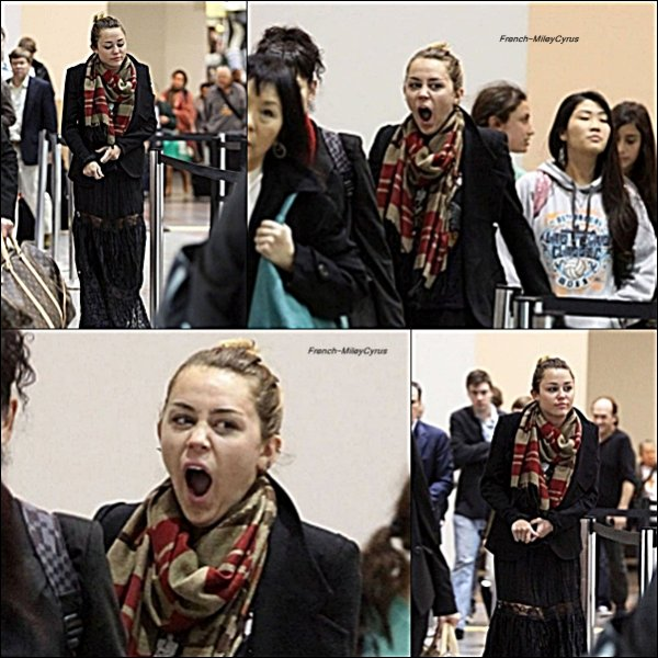 Miley Arrivant à l'aéroport LAX de Los Angeles,  le 30 décembre 2011