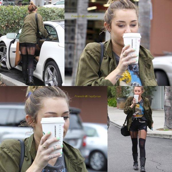 Miley Allant chez Starbucks à Hollywood, CA - 7 Février