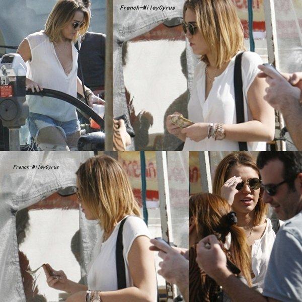Miley avec sa nouvelle coupe de cheveux se rend a un marché agricole avec Liam à Los Angeles, CA - le 12 février 2012