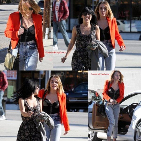 Miley et un amie son aller déjeuner chez California Pizza Kitchen à Los Angeles, CA - 16 février