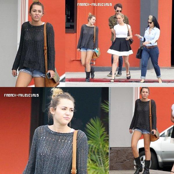 Miley et ses amies ont été déjeuner chez Stanley's à Sherman Oaks, CA - 21 février