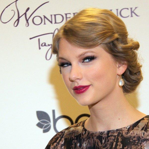 """Le 28 Octobre 2O11 ღ Taylor au magasin de Belk pour la promo de """"Wonderstruck"""""""
