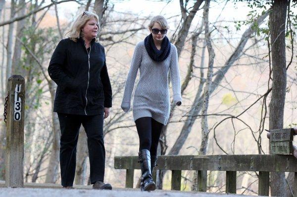 27 Novembre 2O11 ღ Taylor se promène à Nashville avec sa maman