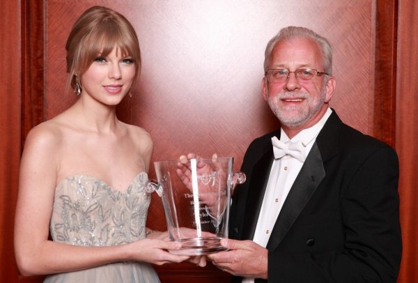 10 Décembre 2011 ღ Taylor présente à la 27th Annual Symphony Ball