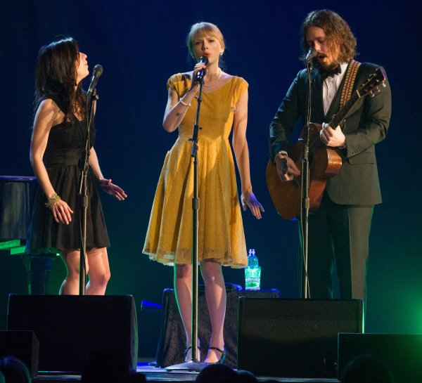 "12 Janvier 2012 ღ Taylor chante ""Safe & Sound"" au concert de The Civil Wars"