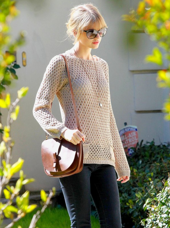 16 Février 2012 ღ Taylor quitte la maison d'une amie à Brentwood
