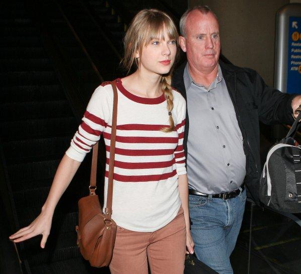 27 Février 2012 ღ Taylor vue arrivant à l'aéroport « LAX » à Los Angeles