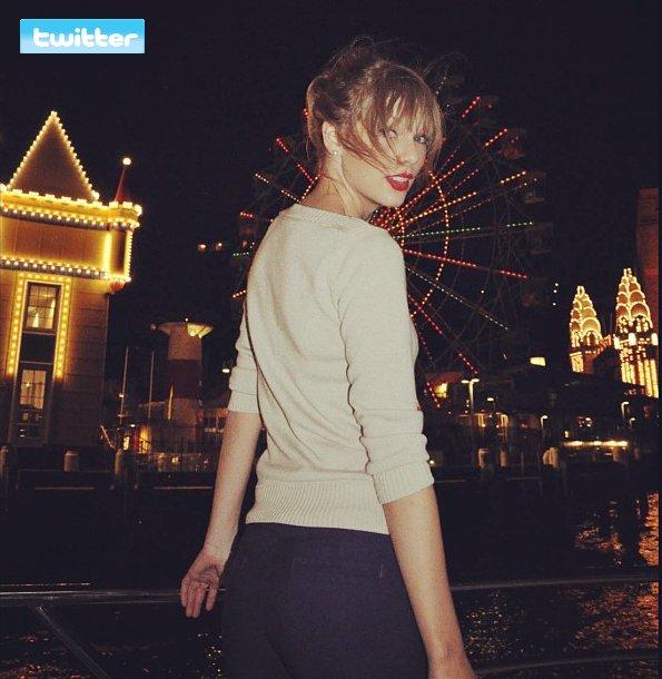 8 Mars 2012 ღ Taylor vue avec son groupe au port de Sydney