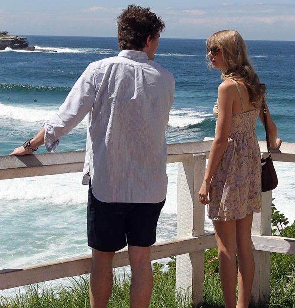 10 Mars 2012 ღ Taylor se promène sur une plage de Sydney avec son frère Austin