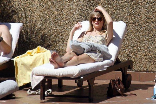 10 Mars 2012 ღ Taylor se prélassant devant la picsine de son hotel