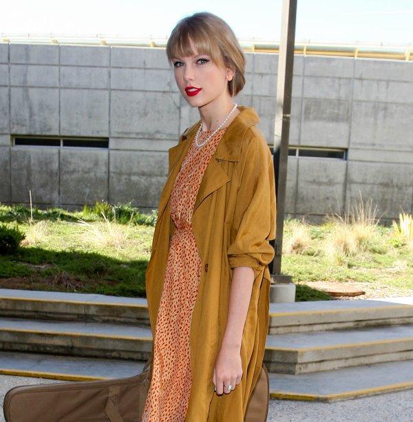 """19 Mars 2012 ღ Taylor vue à l'aéroport """"LAX"""" de Los Angeles, de retour au USA !"""