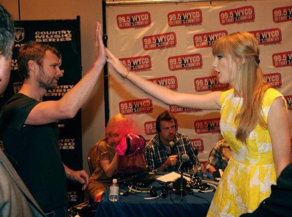 """30 Mars 2012 ღ Taylor aperçue dans un restaurant italien """"Il Pastaio"""" à Beverly Hills"""