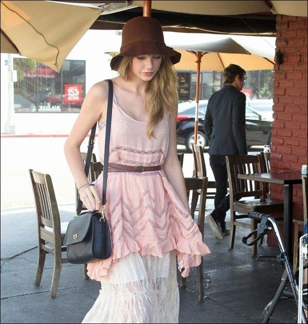 17 Mai 2012 ღ Taylor quittant le café Kings Road, où elle a déjeuné avec Mark Foster