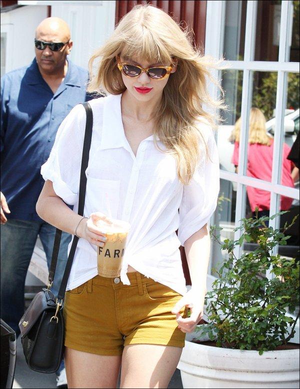 19 Mai 2012 ღ Taylor au Brentwood Country Mart à Los Angeles avec Claire Kislinger