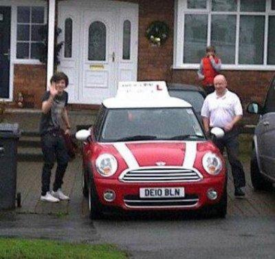 Voici des photo de Harry passant sont permis