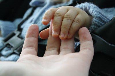 prendre un enfant par la main....