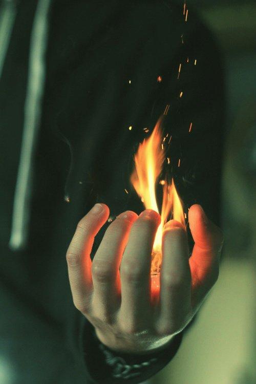 C'est difficile de combattre le feu par le feu. ..//Prendre une douche froide, TRÈS FROIDE empêche de penser..du coup, la pensée du feu est oubliée. ..