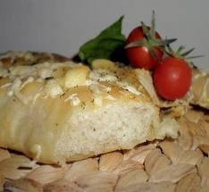 Amuses-bouches: fougasse au fromage et aux herbes