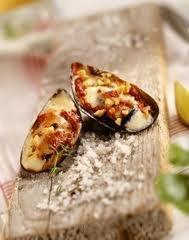Amuses-bouches: Moules gratinées à la tomate et au gruyère