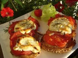 Entrée: Tartines chèvre tomate