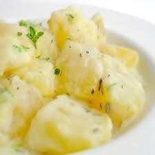 Entrée: Pommes de terre à la crème fraîche et aux herbes