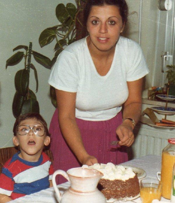 sur la photo sé moi jacky avec ma  maman vilma dans la maison